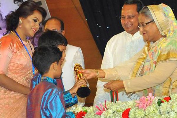 দুই ছেলেকে নিয়ে জাতীয় চলচ্চিত্র পুরস্কার মঞ্চে শাওন