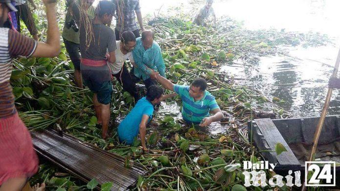 বিশ কিলোমিটার খাল অবমুক্ত করতে পানিতে নামলেন ইউএনও মনদীপ