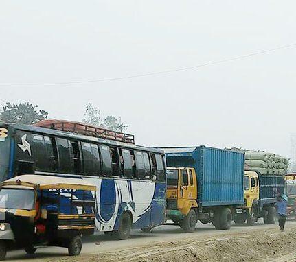 ঢাকা-টাঙ্গাইলমহাসড়কেতীব্র যানজট,চরম দুর্ভোগে যাত্রীরা