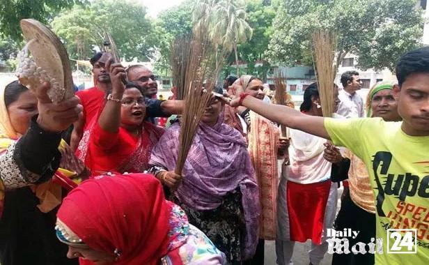 কুড়িগ্রামে এমপি-উপজেলা চেয়ারম্যানের বিরুদ্ধে জুতা ও ঝাঁড়ু মিছিল
