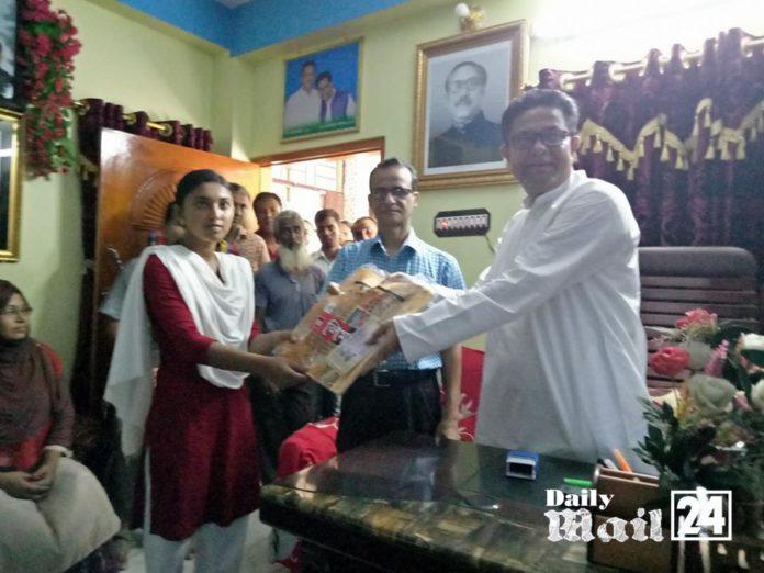শ্যামনগরে শিক্ষার্থীদের মাঝে বিশেষ বৃত্তির টাকা ও চেক বিতরণ