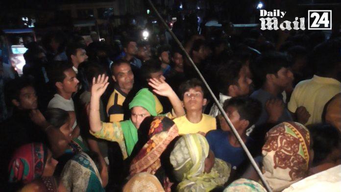 দিনাজপুরে বিক্ষুব্ধ জনতার থানা ঘেড়াও, পুলিশের লাঠিচার্জ