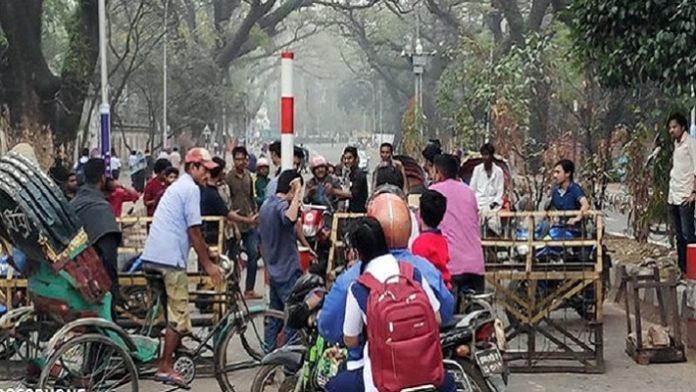 ঢাকা বিশ্ববিদ্যালয় ক্যাম্পাস অবরোধ করেছে ছাত্রলীগ