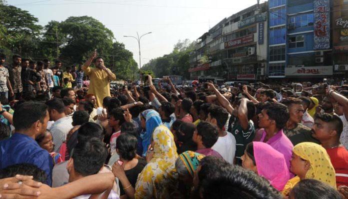 আওয়ামী লীগ নেতা ও বিএনপির নেত্রী মিলে সড়ক অবরোধ