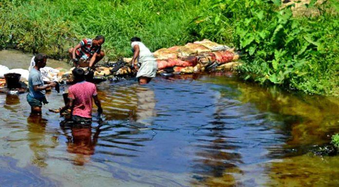 চট্টগ্রামে মরাছড়া খাল থেকে ১৬ হাজার লিটার তেল সংগ্রহ