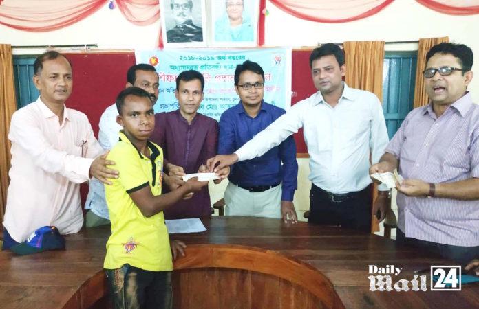 দিনাজপুরের ফুলবাড়ীতে প্রতিবন্ধি শিক্ষার্থীদের মাঝে শিক্ষা উপবৃত্তি প্রদান