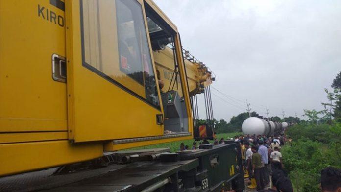 লাইনচ্যুত তেলবাহী ট্রেনের উদ্ধারকাজ চলছে, দুপুরে স্বাভাবিক হবে রেল চলাচল