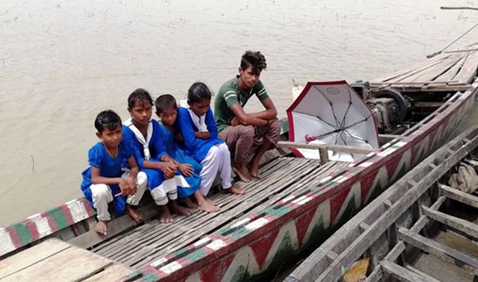 শিক্ষার্থীদের নদী পারাপারে ভাড়া নেন না যমুনা চরের মাঝিরা