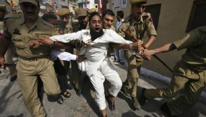 কাশ্মীরে গ্রামে ঢুকে বাসিন্দাদের ওপর ভারতীয় সেনাদের বর্বর নির্যাতন