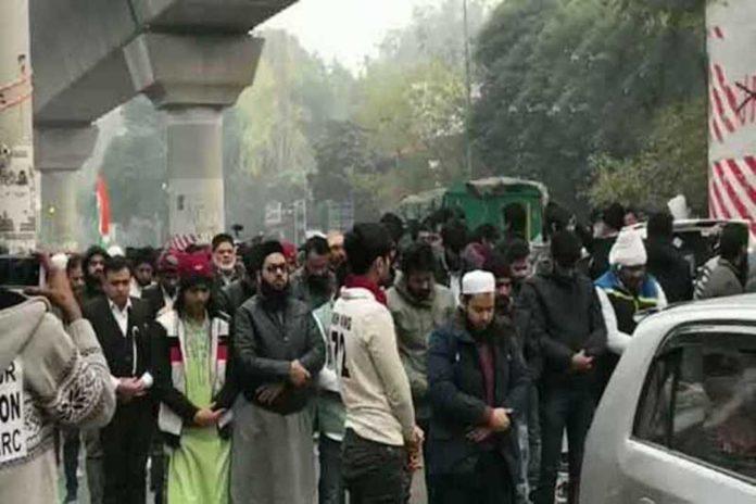 ভারতের রাস্তায় জোহরের নামাজে বেষ্টনী দিয়ে নিরাপত্তা দিল হিন্দুরা